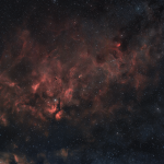IC1318 copre una grande area di cielo e rappresenta un complesso di nebulose diffuse molto luminose e massicce a circa 5500 anni luce dal nostro pianeta. 200 minuti circa con scatti da 240 secondi non guidati. ZWO ASI 071 | Obiettivo NIKKOR Z 24-70mm f/2.8 S | Optolong L-eNhance filter.