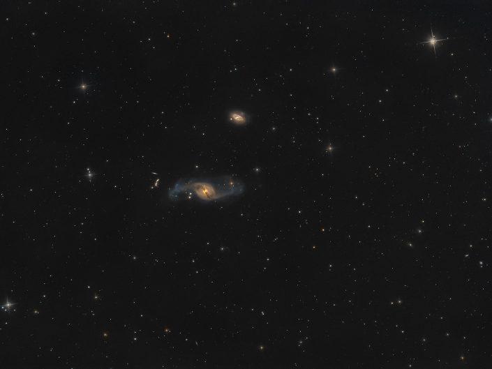 A circa 50 milioni di anni luce da qui c'è una strana galassia: inizialmente catalogata come galassia ellittica, successivamente come spirale barrata ed infine sistemata in una categoria di galassie particolari, con forme e composizioni diverse rispetto alla maggioranza. SW 200/800 f4, ZWO 294pro, Optolong L-pro, AZEQ6-GT.