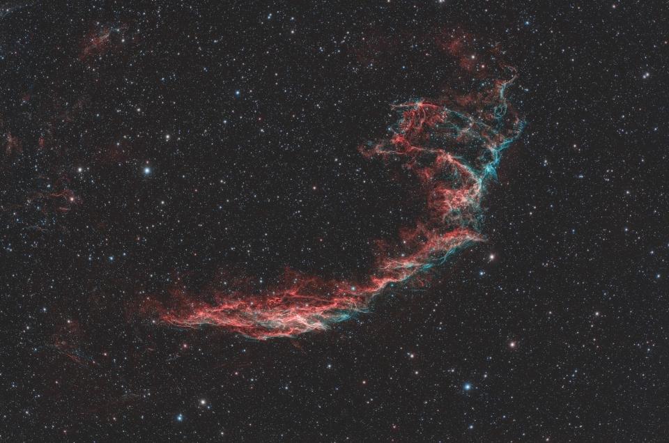 Nebulosa Velo. Dati di scatto: 220 immagini da 60 secondi senza autoguida. Totale di circa 3 ore e mezza di segnale sotto un cielo molto velato e con passaggi di nuvole. ZWO ASI 294 | Sharpstar 107 | Sky-Watcher AZEQ6-GT