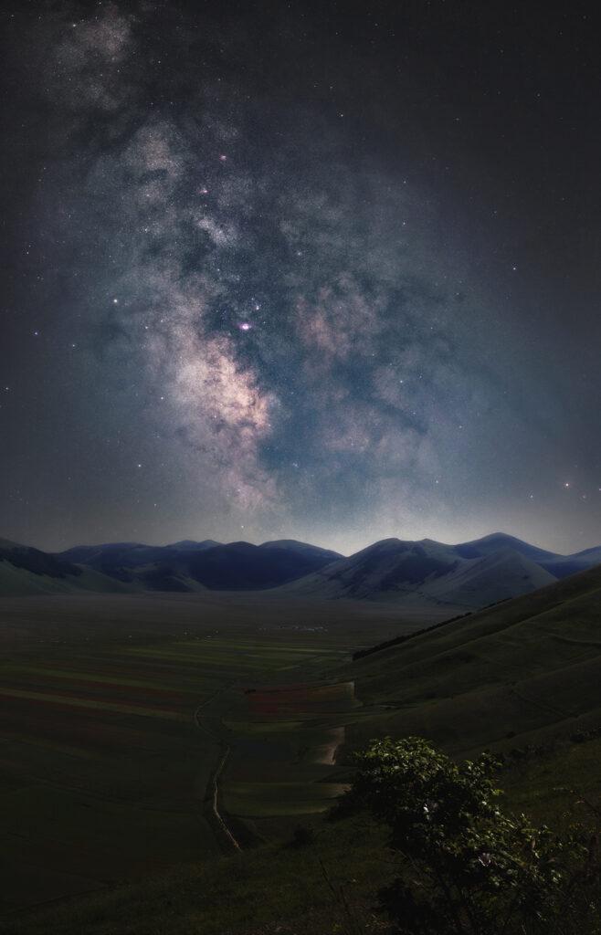 Castelluccio di Norcia: la fioritura e la Via Lattea | Montaggio di 3 scatti a 70mm blue hour fotografia astrofotografia astroinseguitore star adventurer sky watcher astrofotografia paesaggistica notturna