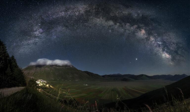 Castelluccio di Norcia: la fioritura e la Via Lattea | Panoramica 180° pano nightscape nightscapes milky way night sky astrophotography astrofotografia flower