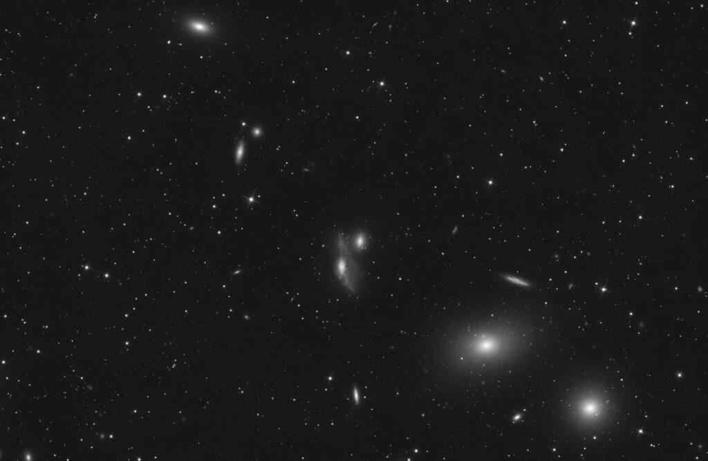 Catena di Markariaan con le galassie M84 (NGC 4374), M86 (NGC 4406), NGC 4473, NGC 4461, NGC 4458, NGC 4438 e NGC 4435. Realizzata con Sky-Watcher 200/800, ZWO ASI 2600 MM, Optolong L-Pro galassia astrofotografia Astrofotografia sulle galassie della Catena di Markarian
