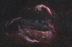Fotografia della Nebulosa Velo intera a largo campo Nebulosa Velo Bicolor Ha 3nm e Oiii 3.5nm Antlia. NGC 6960, 6074, 6079, 6092, 6095 astrofotografia veil supernova remnant banda stretta narrowband intera