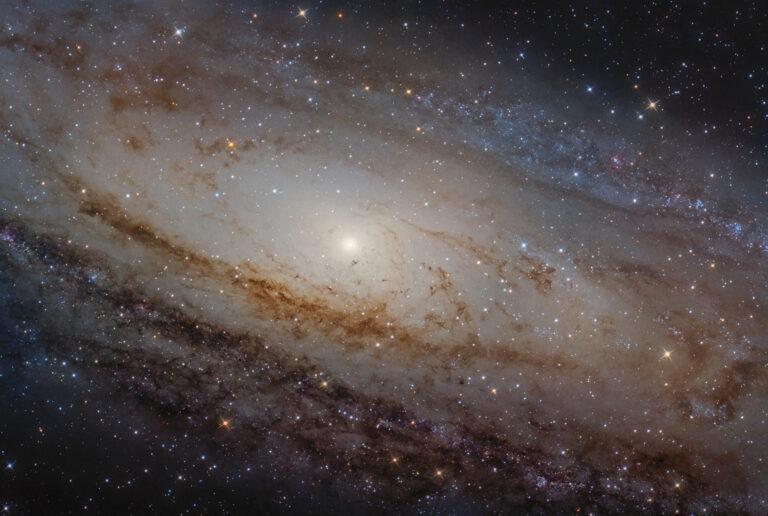 Astrofotografia dentro la galassia di Andromeda M31 Galassia di Andromeda M 31 o NGC 224 in LRGB con sky-watcher 300 f/4 asi 294 l-pro