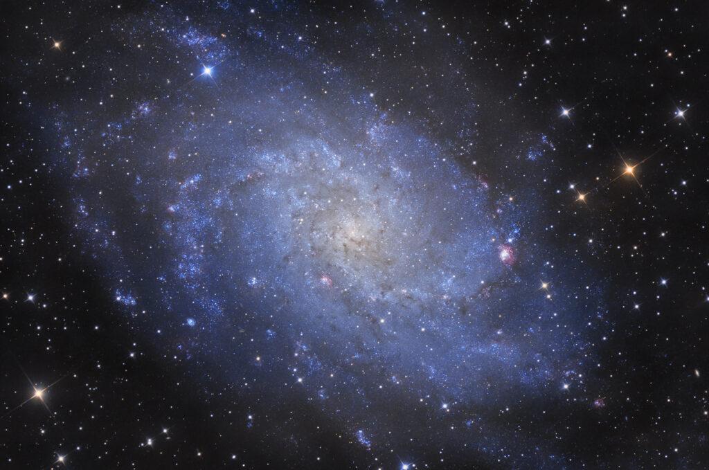 Galassia Triangolo M33 in LRGB (NGC 604, NGC 588, IC 137, NGC 595). Con Sky-Watcher 300/1200 f/4, ZWO ASI 294MM e Optolong L-Pro, R, G e B Astrofotografia sulla galassia Triangolo M33 e le sue nebulose